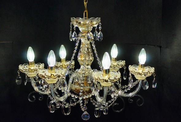 Złoty żyrandol glamour z białego szkła matowego i kryształków Swarovskiego
