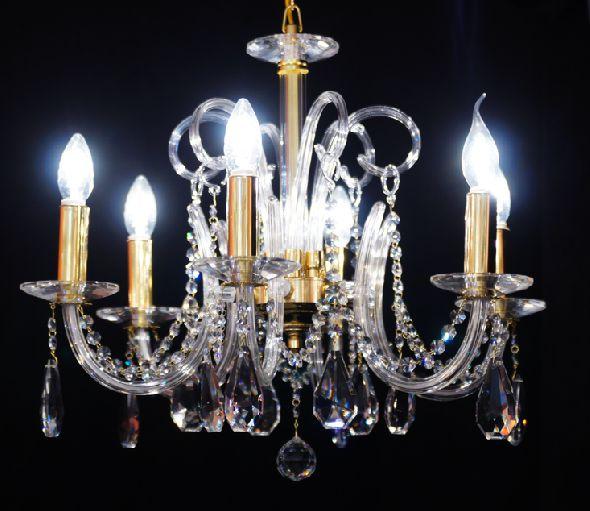 Ekskluzywny kryształowy żyrandol do eleganckiego salonu lub jadalni
