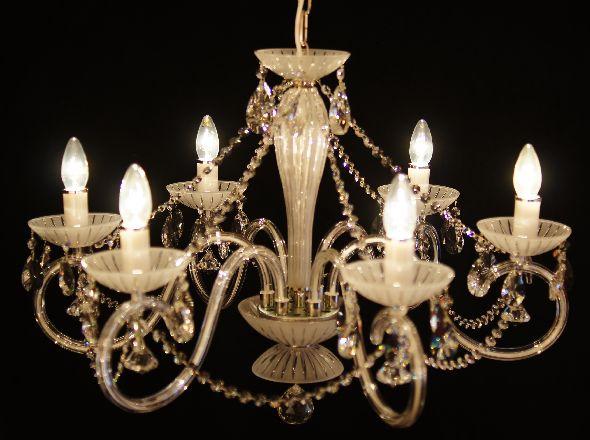 Biały żyrandol z matowego szkła - z kryształkami Swarovskiego