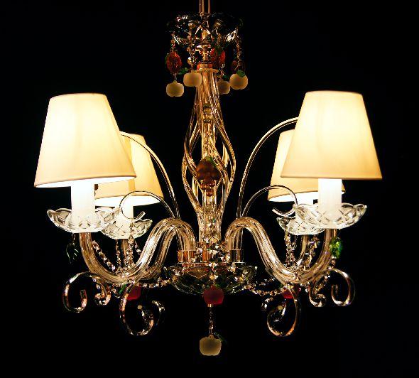 Kryształowa lampa do kuchni - z białymi abażurami i kolorowymi kryształkami