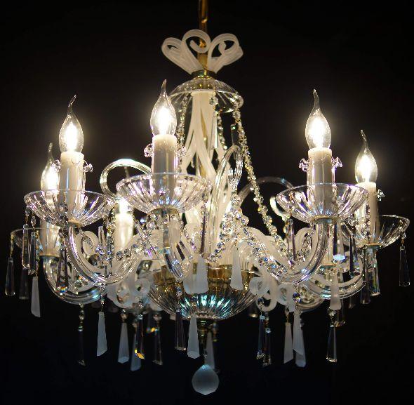 Żyrandol z matowymi kryształami Swarovskiego - modny pomysł na oświetlenie salonu