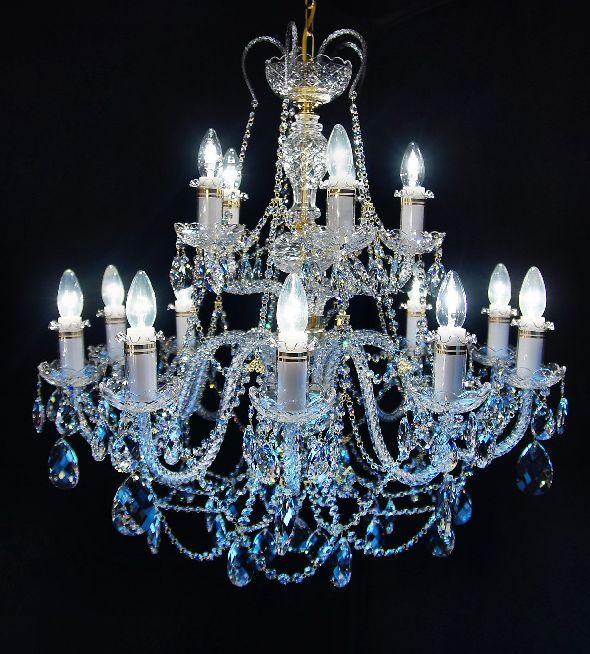 Duża kryształowa lampa sufitowa do wysokiego salonu