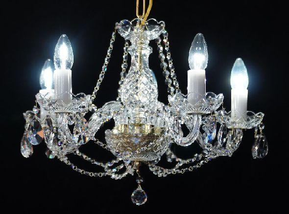 Klasyczny żyrandol kryształowy - idealny do oświetlenia niskiego pokoju